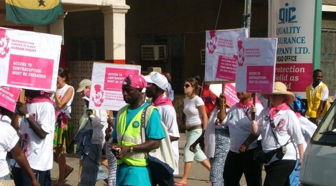 Representantes de Projects Abroad en una marcha durante nuestras Prácticas de Derecho en Ghana.